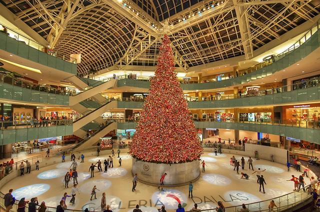 Cây thông Noel trong nhà lớn nhất thế giới
