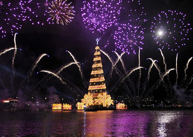Cây thông Noel nổi lớn nhất thế giới